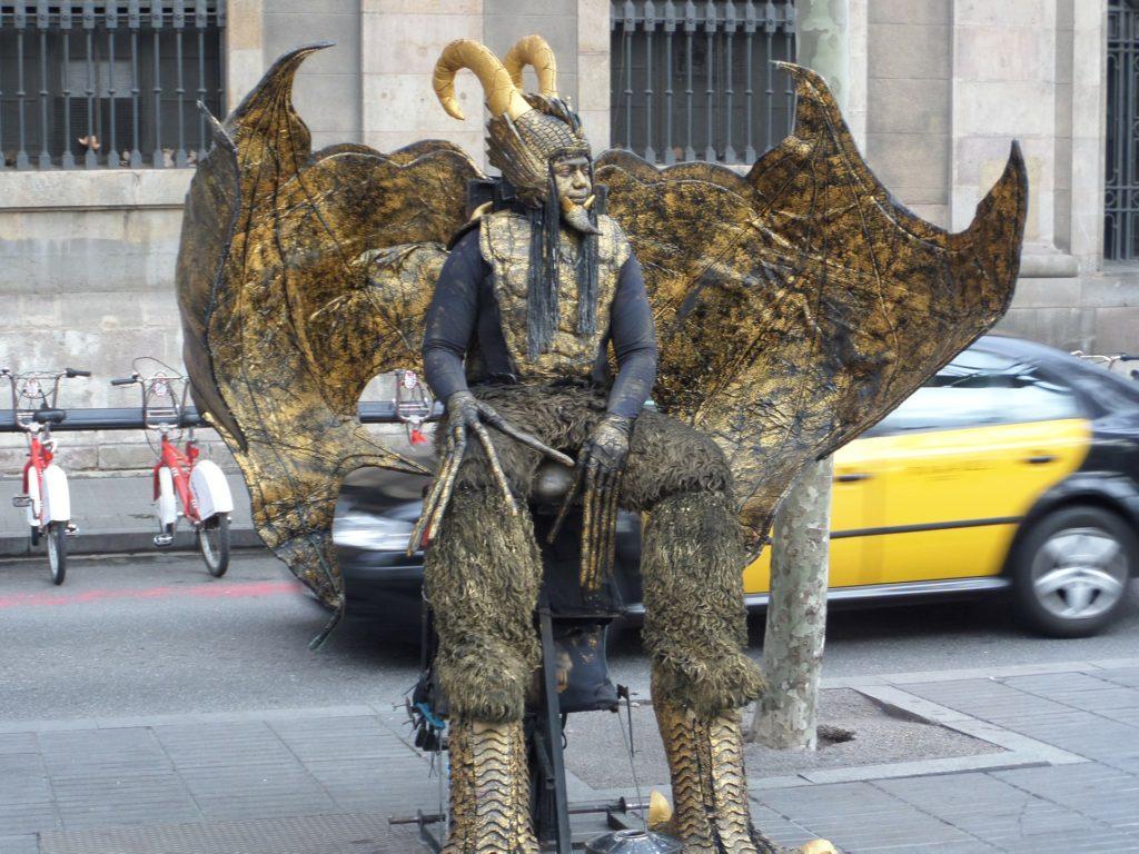 Uma das várias figuras curiosas que você vai encontrar nas Ramblas em Barcelona