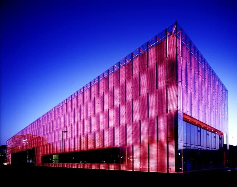 O prédio durante a noite do Museu de Arte Modera de Linz, o Lentos Kunstmuseum Linz