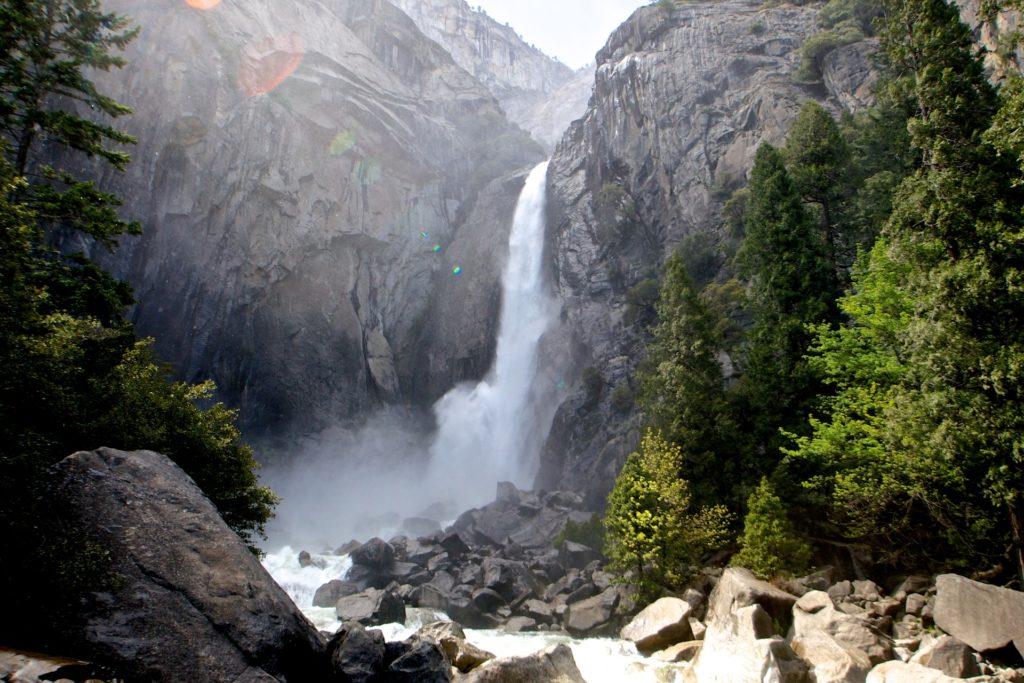Foto de queda d'água em cachoeira do Parque Nacional de Yosemite, na Califórnia - Lower Yosemite Falls