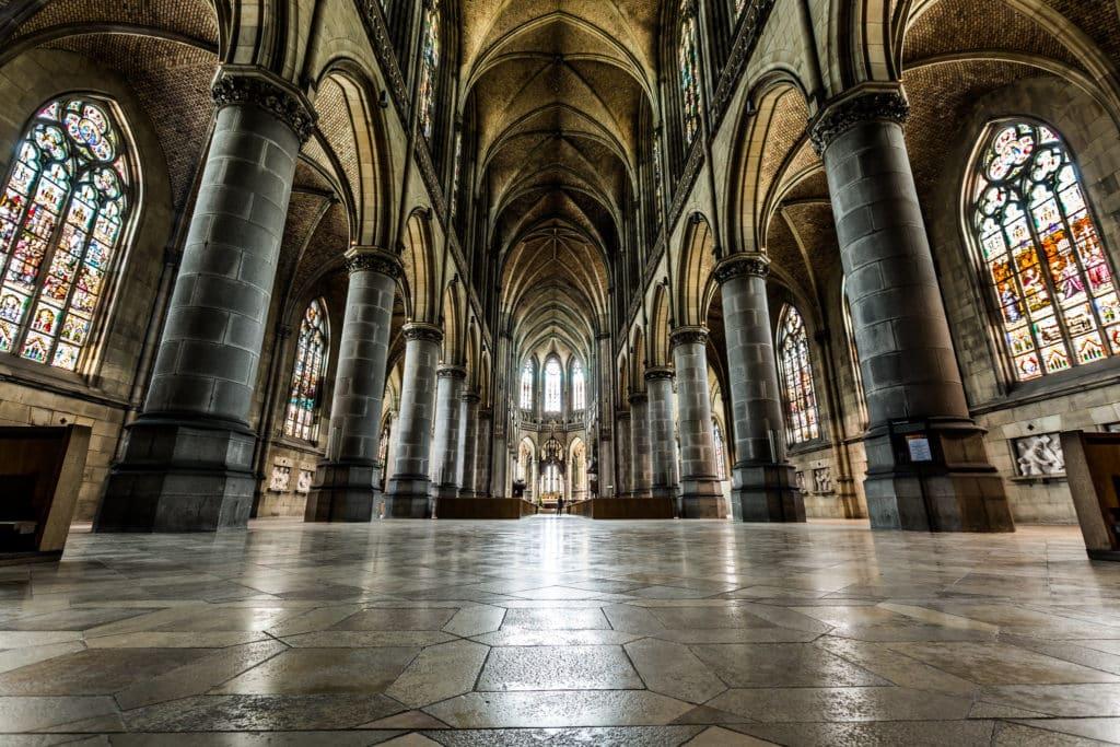 Detalhes da parte interna da Neuer Dom ou Mariendom, a Nova Catedral