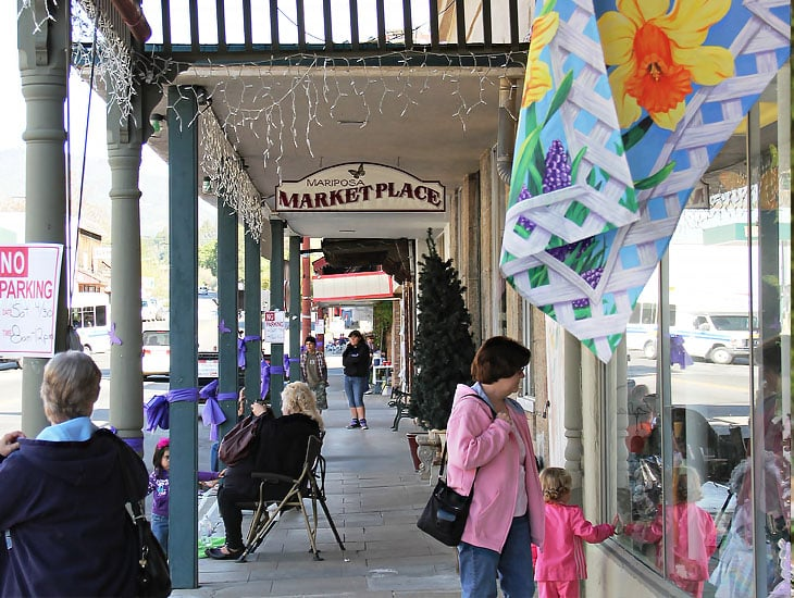 Foto do centrinho comercial de Mariposa, cidade do condado homônimo em Gold Country