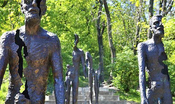 As estátuas de bronze do Memorial do Comunismo em Praga - Foto: prague-stay