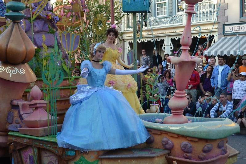 Foto de parte do desfile Mickey's Soundsational Parade, com a Cinderela e a Bela, de a Bela e a Fera