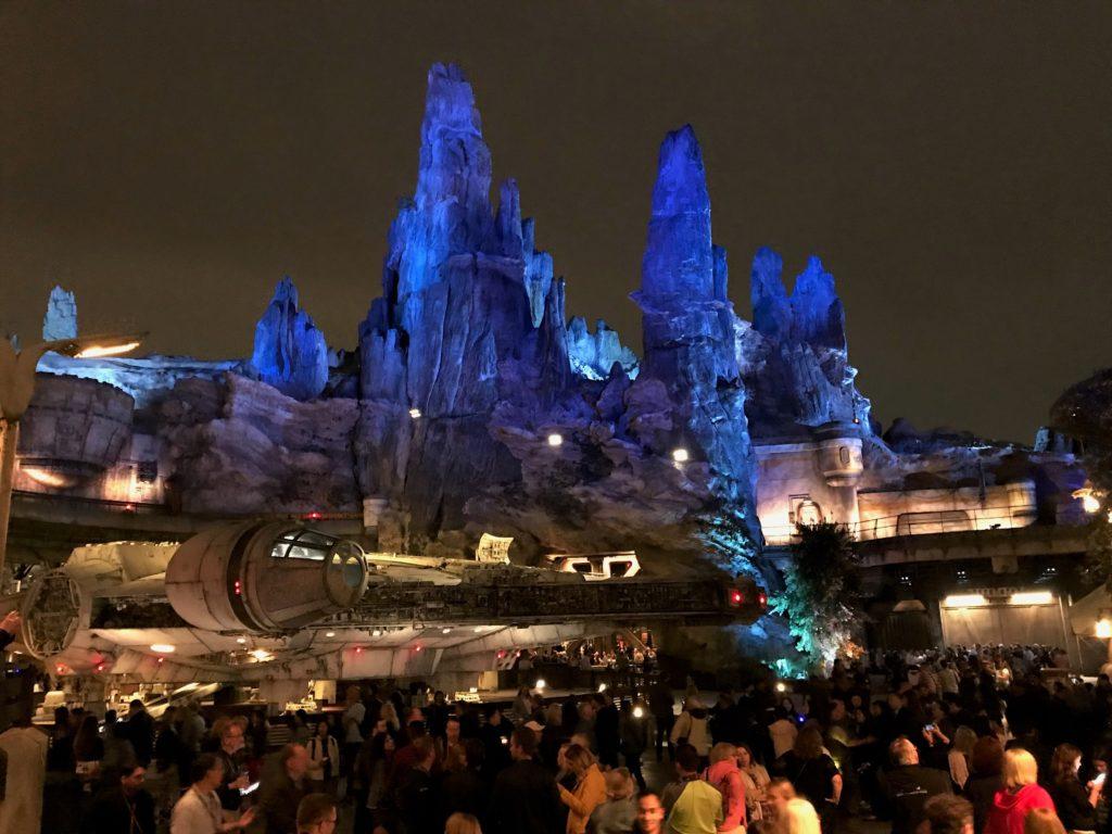 Foto de pessoas ao redor da atração Millenium Falcon, da Star Wars Galaxy's Edge, na Disney California