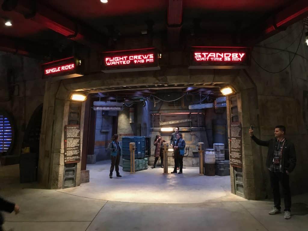 Foto da entrada da atração Millennium Falcon, no parque Star Wars Disney