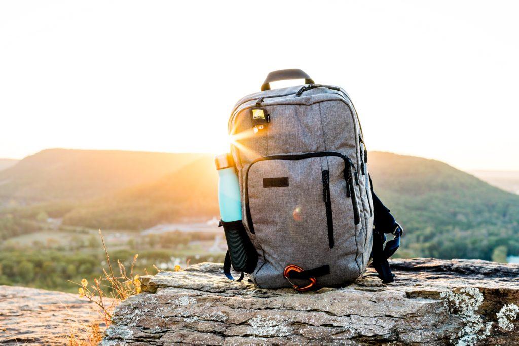 Foto de mochila com garrafa d'água, item ideal para transportar coisas durante passeios e trilhas