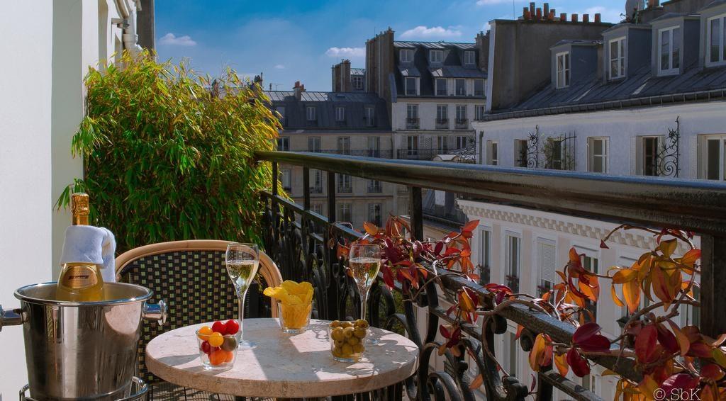 cafe da manha na sacada do B Montmartre Hotel na sua lua de mel em paris