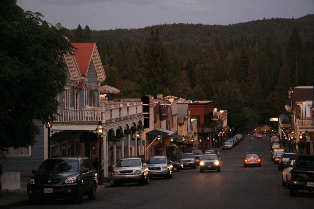 Foto do centro de Nevada City, na rua conhecida como Broadway Street
