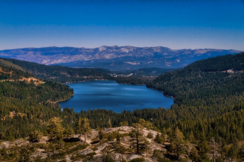 Foto de lago no condado de Nevada, na região de Gold Country, nos EUA