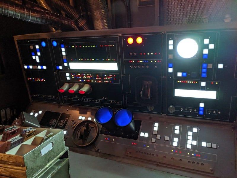 Foto do painel de controle da nave Millenium Falcon, de Star Wars