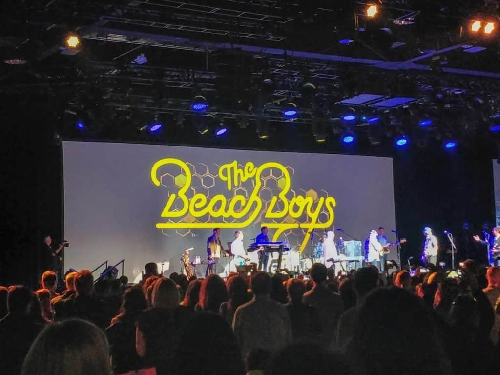 Palco com o painel anunciando a banda Beach Boys