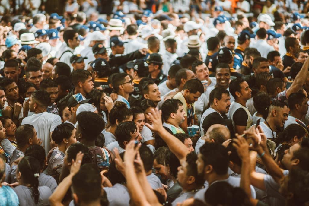 Foto de multidão de pessoas participando de procissão no Círio de Nazaré, em Belém, Pará