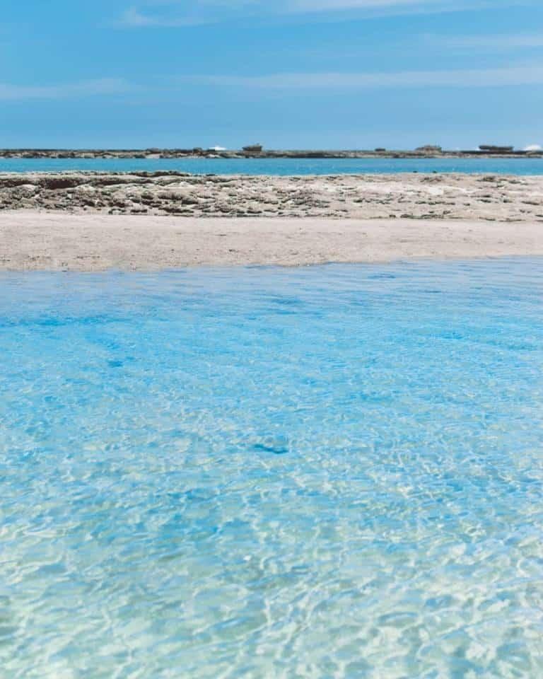 As piscinas naturais que se formam em frente ao Praêro na maré baixa