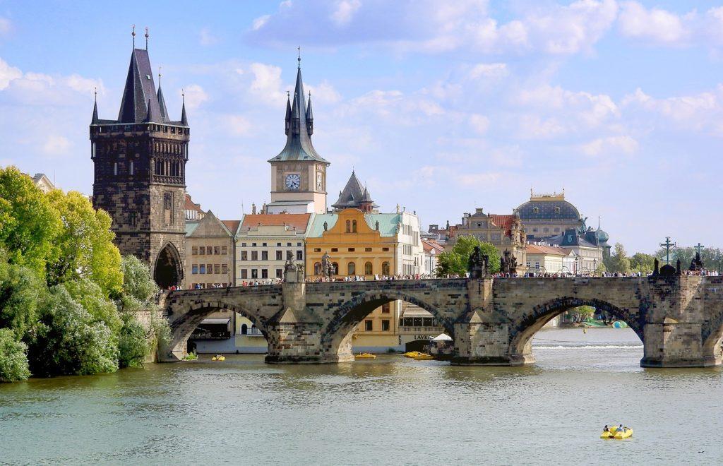A Ponte de Carlos (Charles Bridge) - Une a Cidade Velha de Praga com a Malá Strana