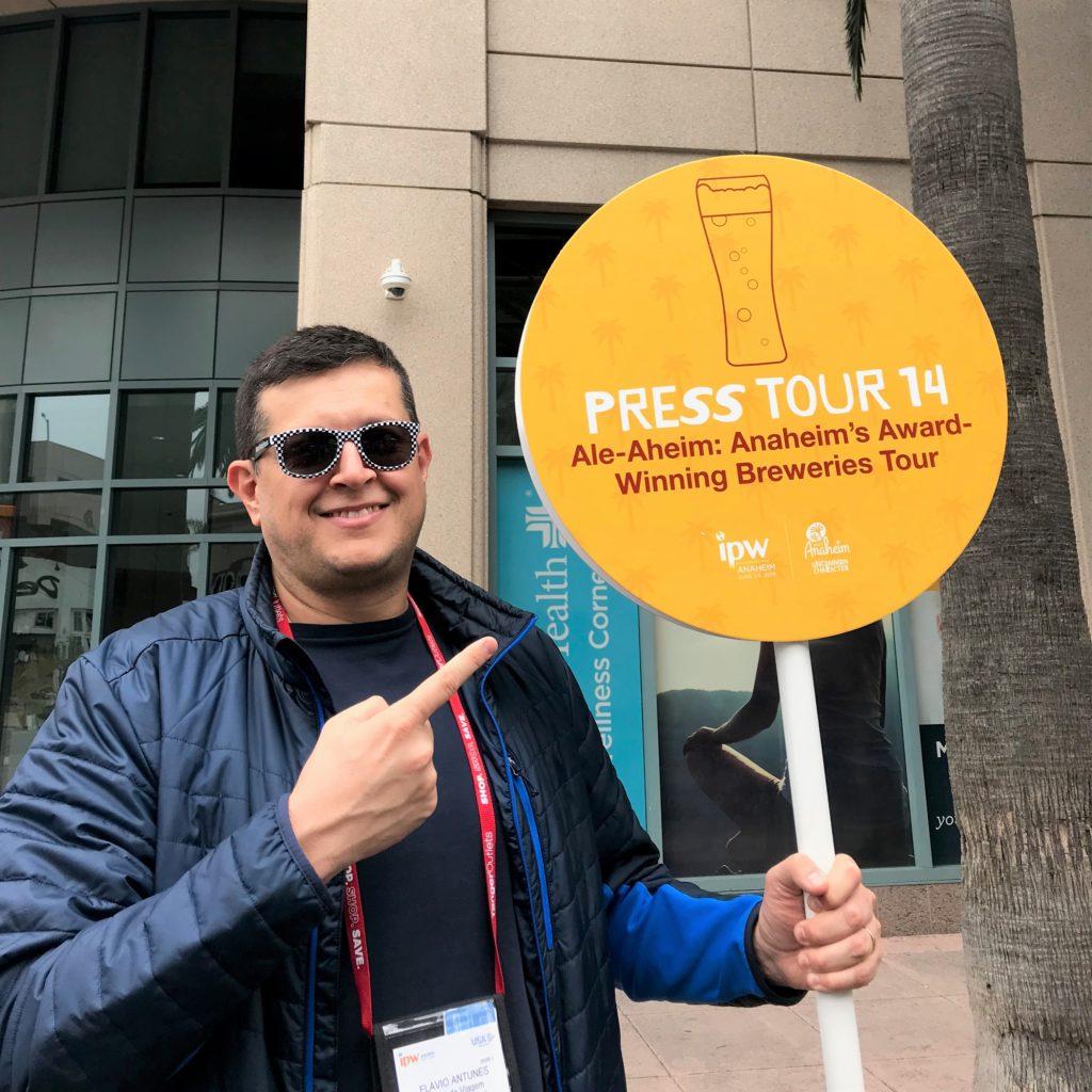 Flávio Antunes segurando placa da Press Tour na IPW 2019 em Anaheim