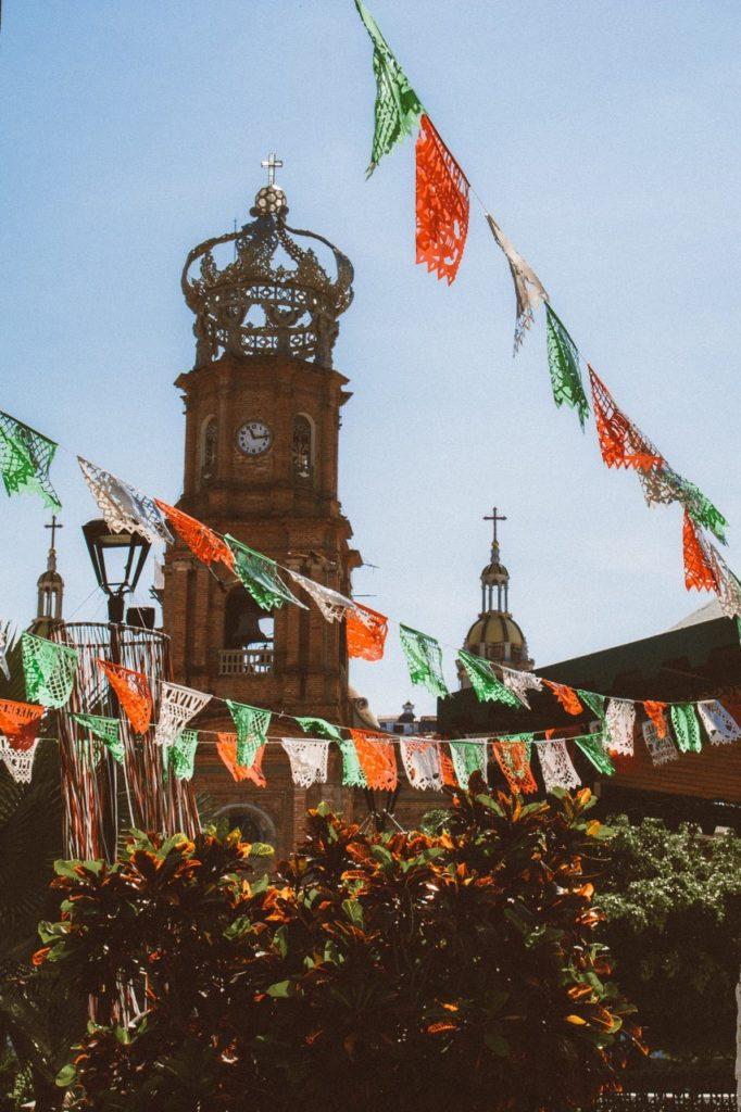 A igreja de Nossa Senhora de Guadalupe, no centro de Puerto Vallarta com sua imponente coroa