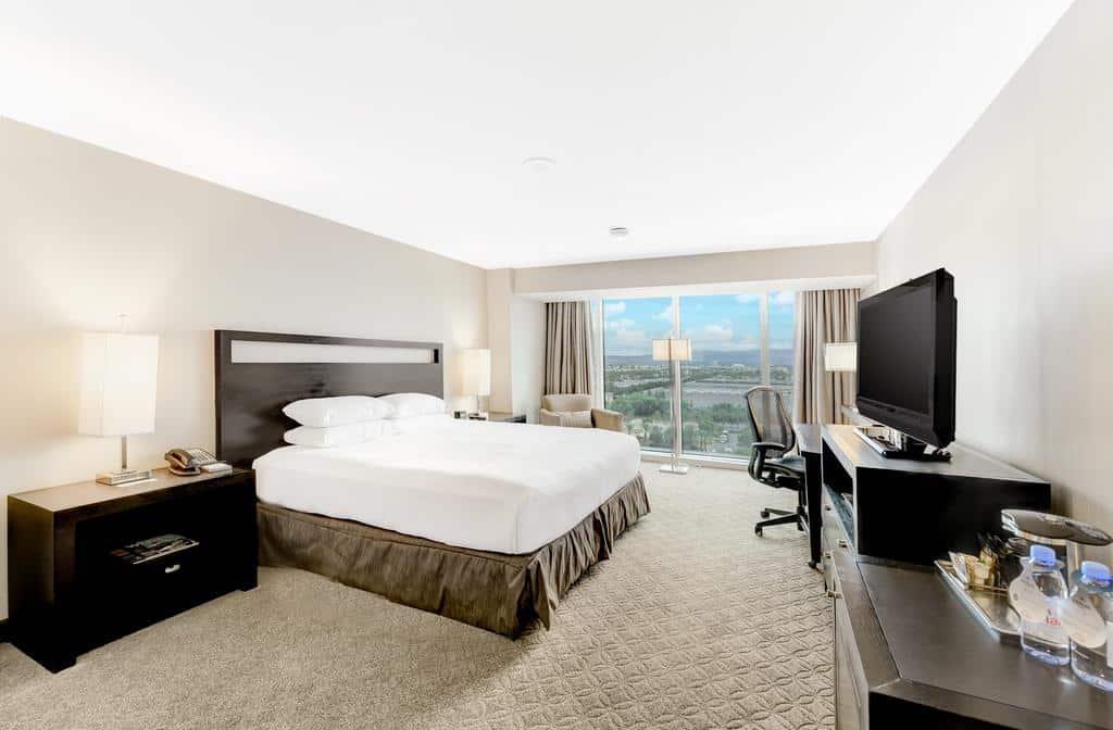 Quarto com cama de casal no Hilton Anaheim