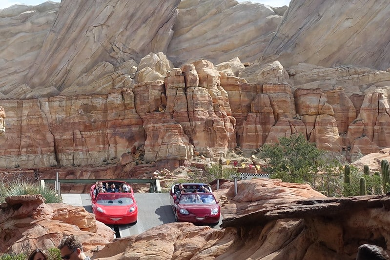 "Foto dos carrinhos do filme ""Carros"" no Radiator Springs Racers"