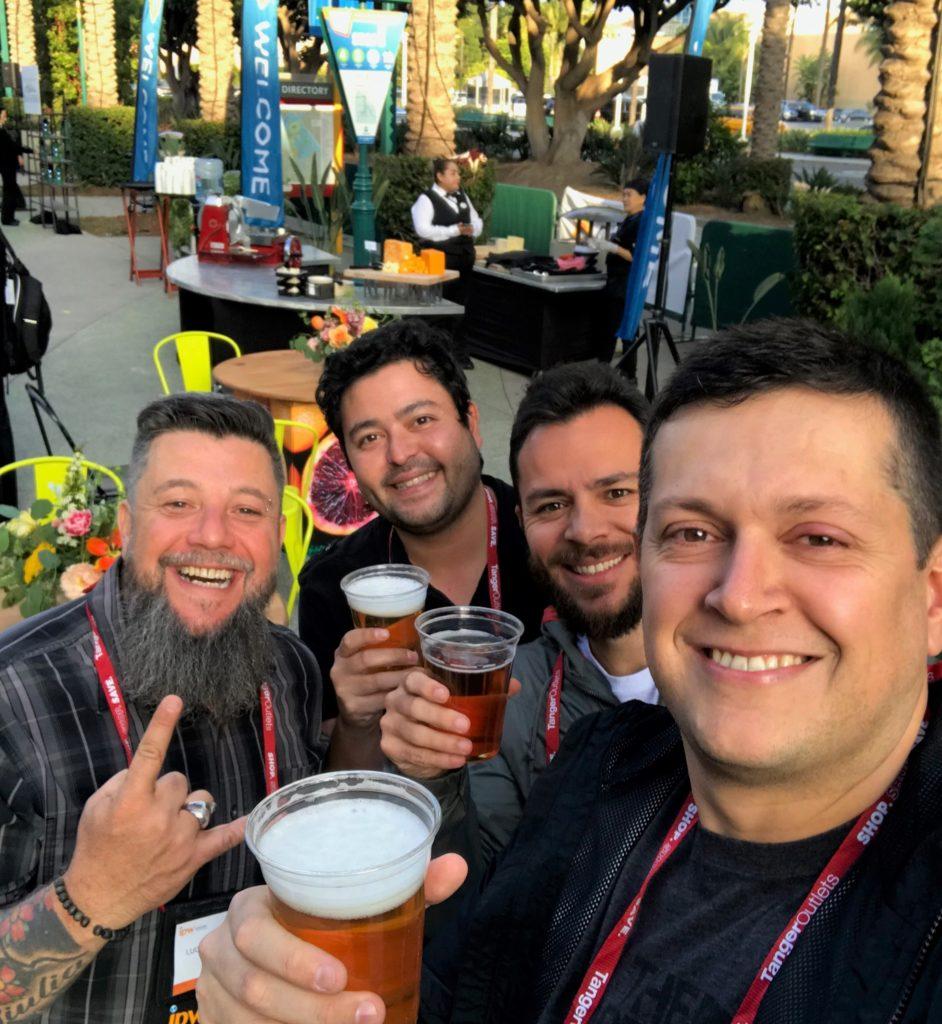 Luciano Palumbo, do TurismoEtc, Sidney Michaluate, do 3em3tv, Guilherme Tetamanti, do Quero Viajar Mais e Flávio Antunes com copos de cerveja na recepção do IPW 2019
