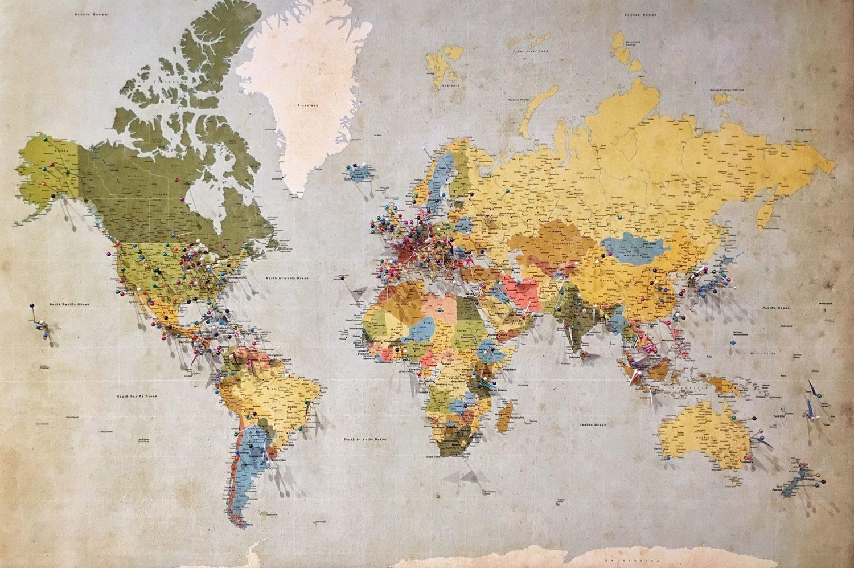 Mapa mundi com pins em diversos destinos ao redor do mundo, para ilustrar post sobre seguro viagem Multi Trip