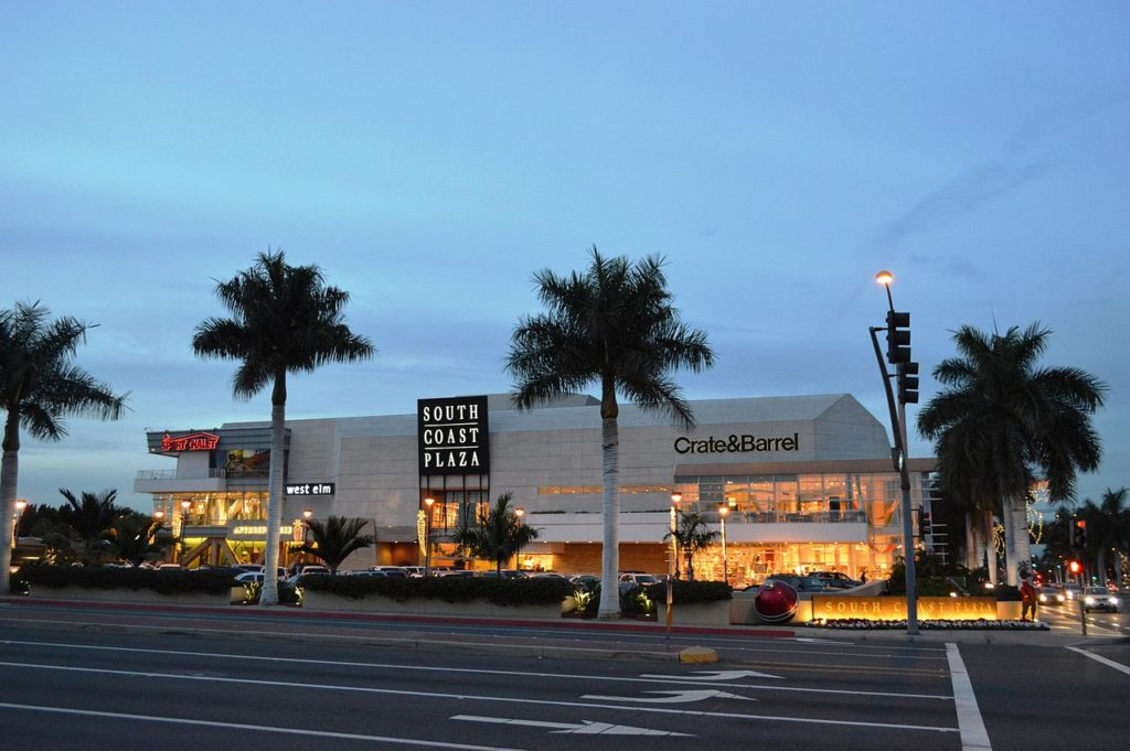 Foto de área externa do South Coast Plaza, shopping/outlet de marcas de luxo próximo a Anaheim