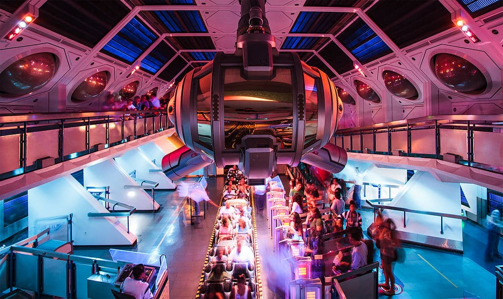 Foto de área interna da Space Mountain, na Disney da Califórnia