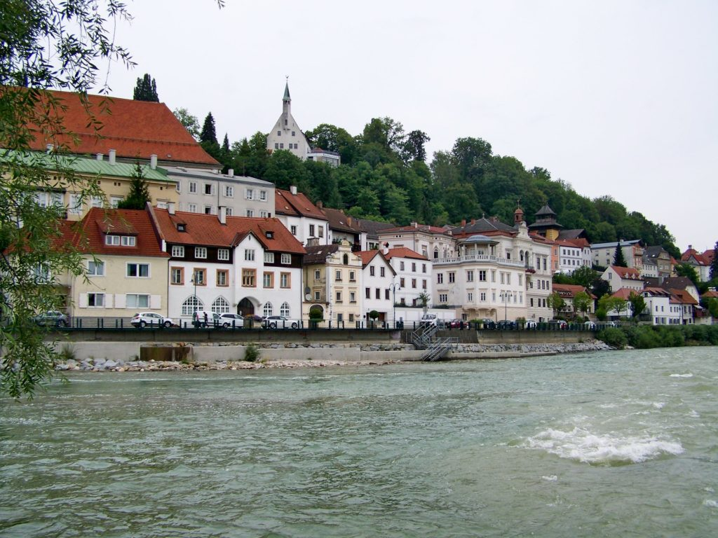 A cidade de Steyr banhada pelo rio Enns e suas charmosas casinhas.