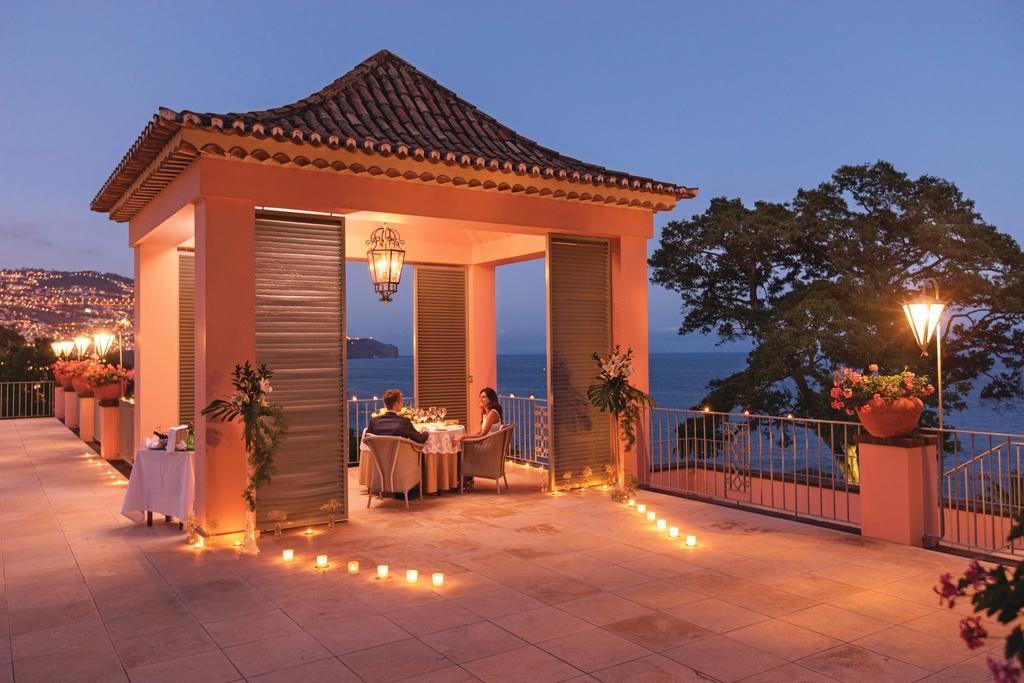 Uma lua de mel em Portugal pede um jantar romântico com essa vista no Belmond Reid's Palace na Ilha da Madeira - Clique na foto para saber mais