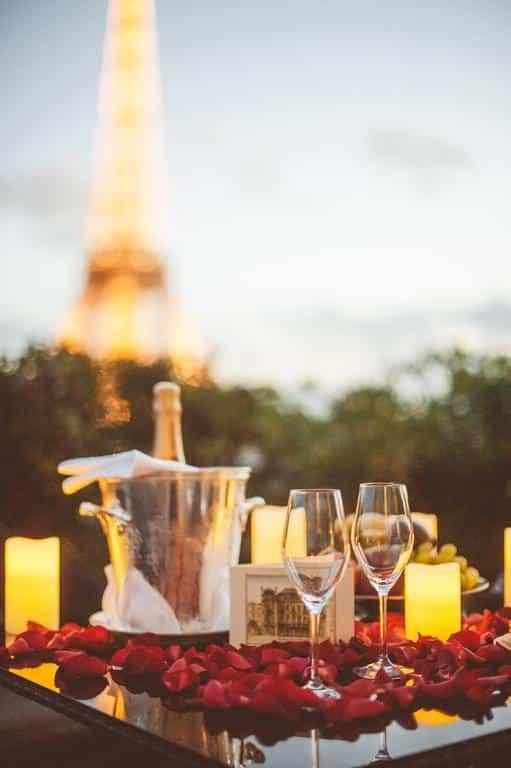Que tal um jantar super romântico com vista pra a Torre Eiffel?