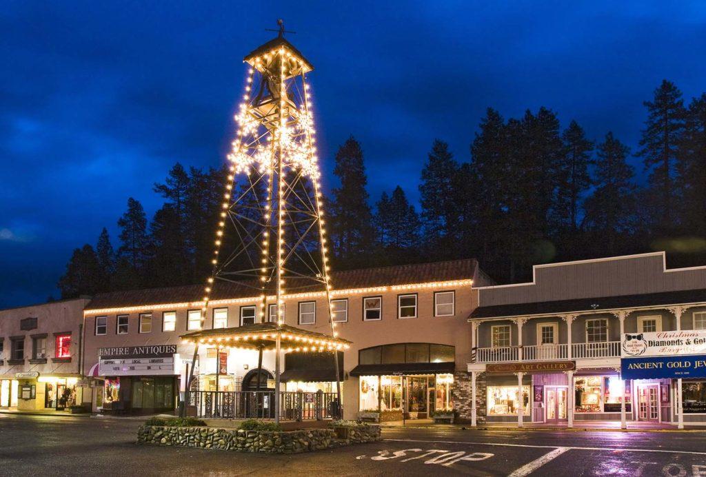 """Foto da iluminada """"bell tower"""" de Placerville, cidade do condado de El Dorado"""
