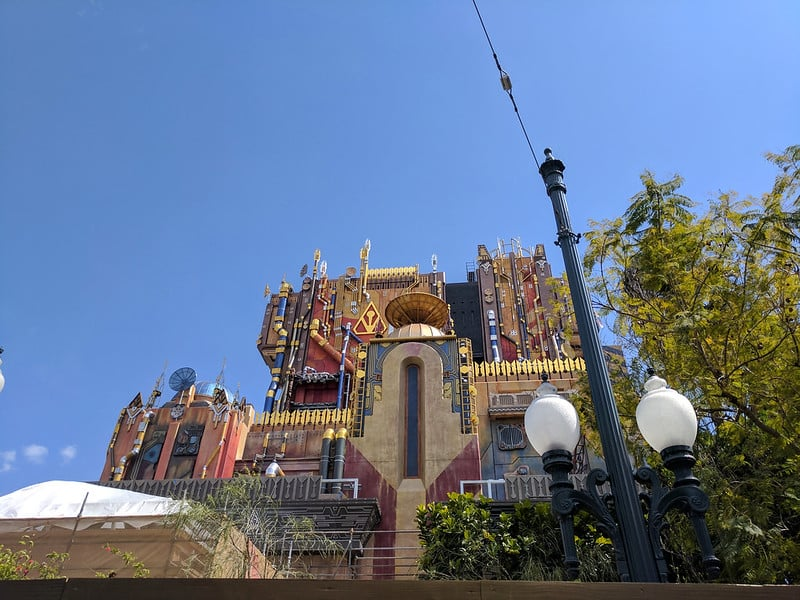 Foto da Tower of Terror, decorada com o tema de Guardiões da Galáxia, na Disney de Anaheim