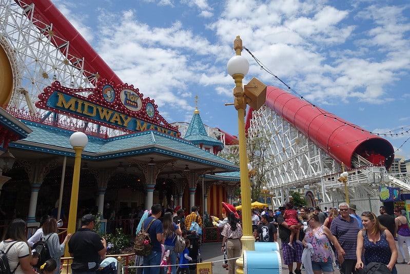 Foto da entrada da Toy Story Midway Mania e o Pixar Pier ao fundo