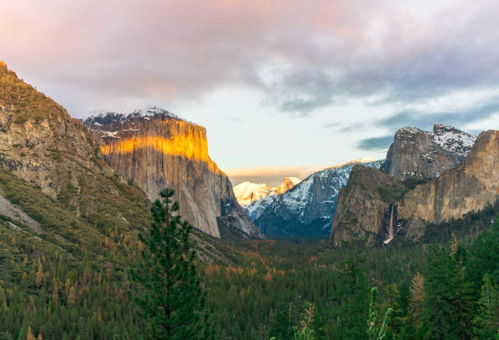 Foto de cadeia de montanhas de granito, incluindo El Capitan e Half Dome