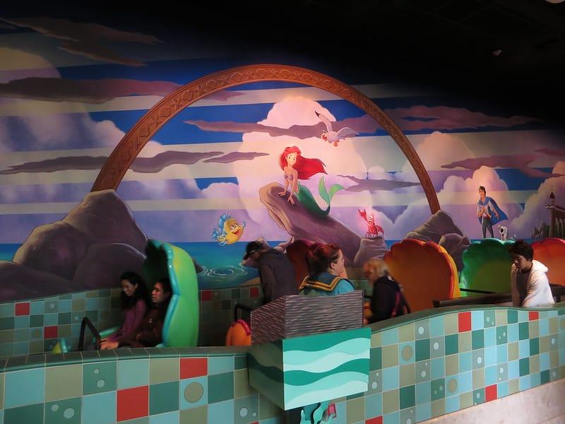 Foto dos carrinhos em forma de concha na atração Undersea Adventure, da Pequena Sereia