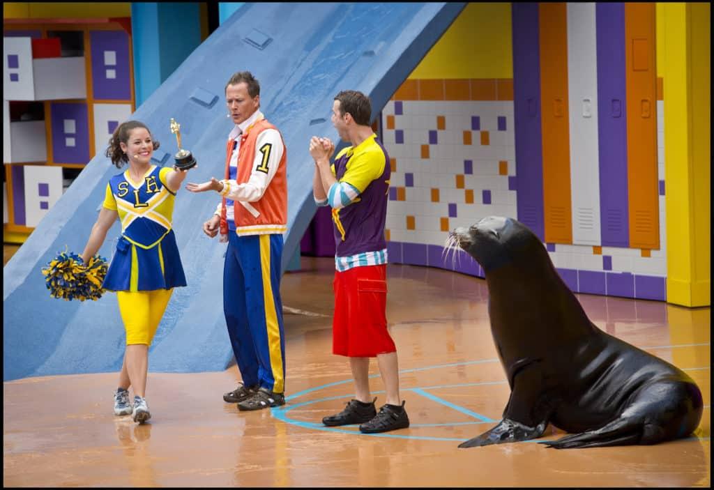 Show Clyde and Seamore's Sea Lion High, com foca e três pessoas apresentando no SeaWorld Orlando