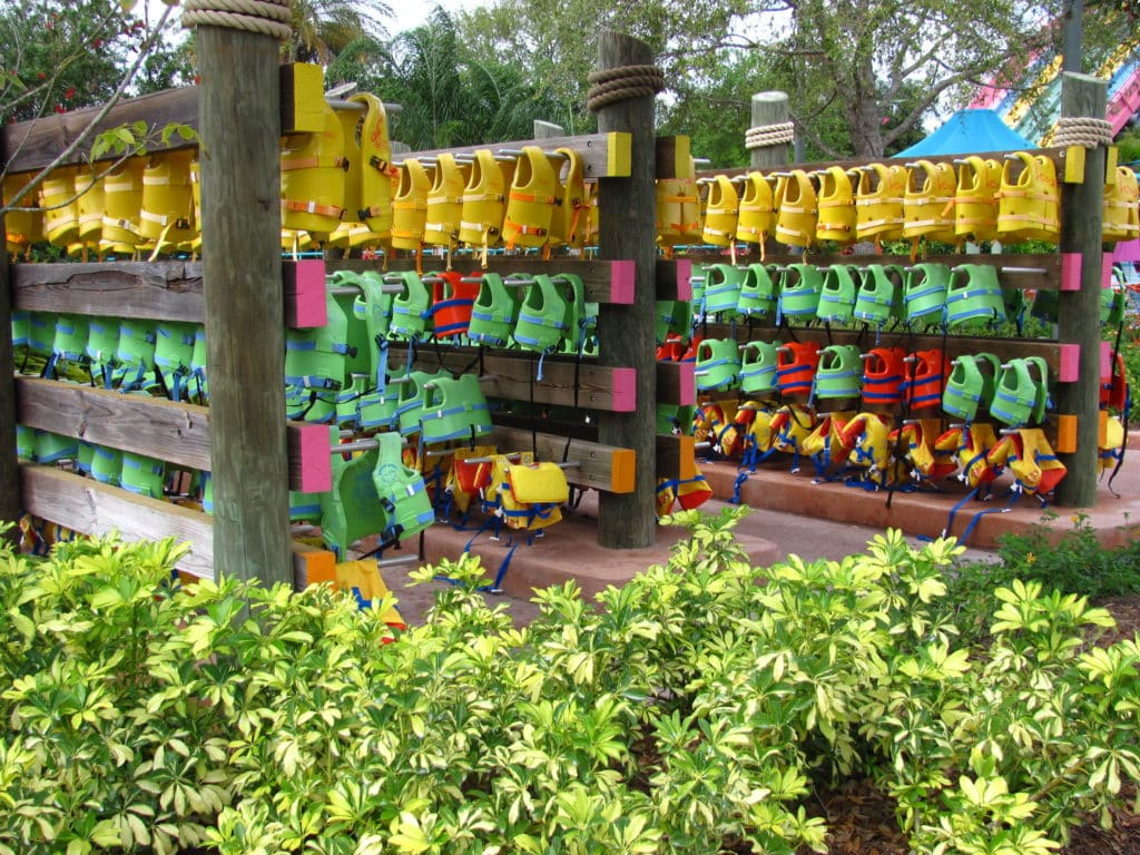 Foto de coletes salva-vidas no Aquatica Orlando