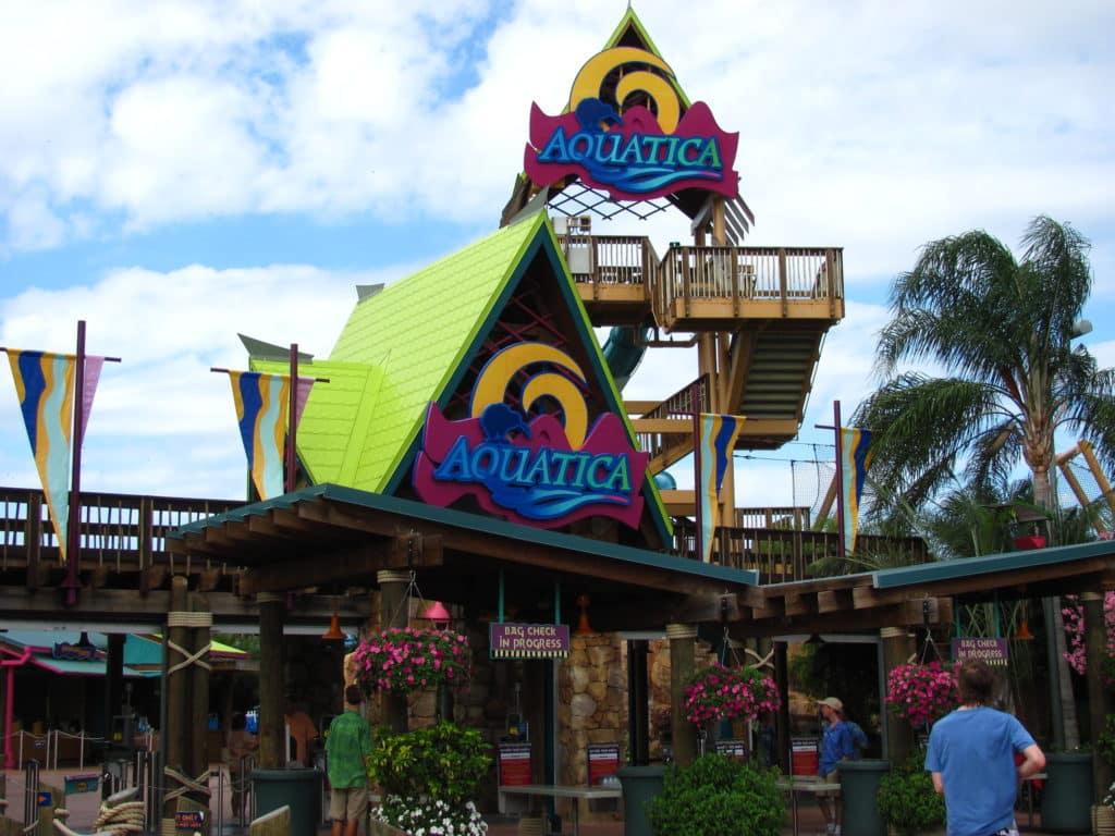 Foto da entrada do parque Aquatica Orlando em ângulo panorâmico