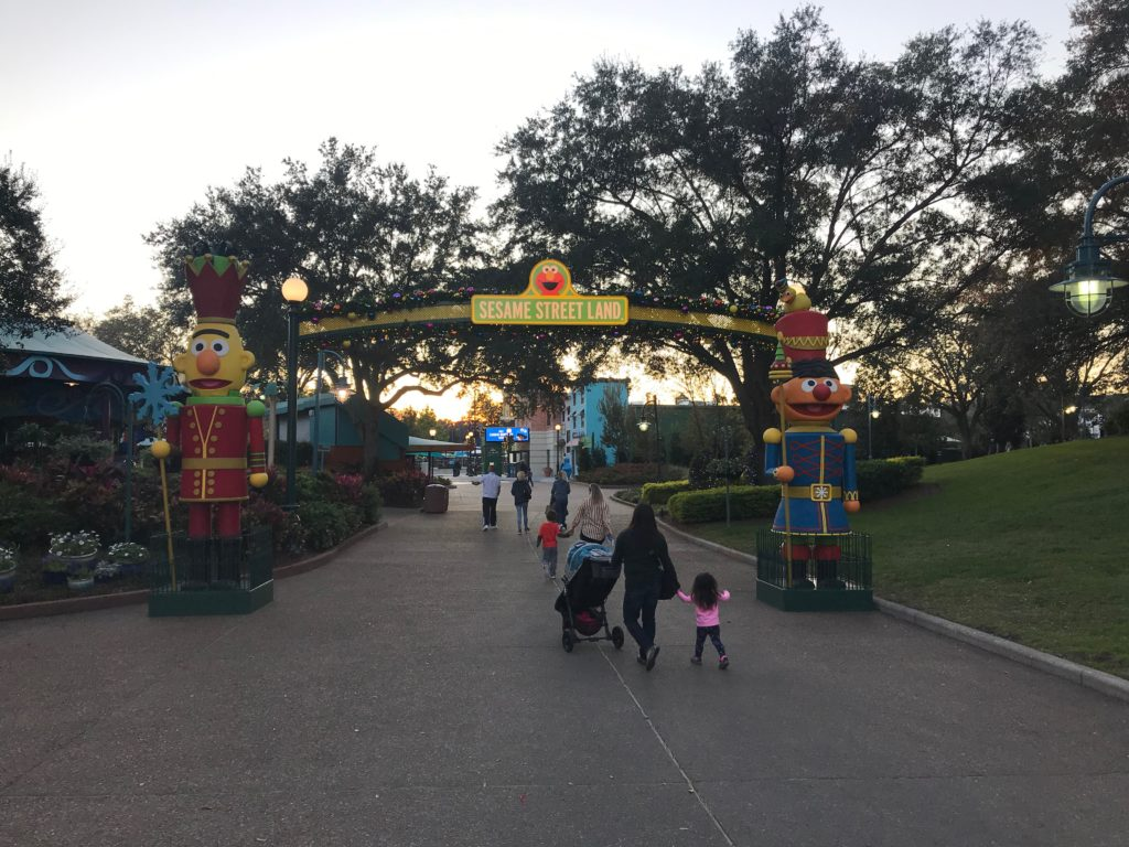 Arco de entrada da Sesame Street Land no SeaWorld Orlando