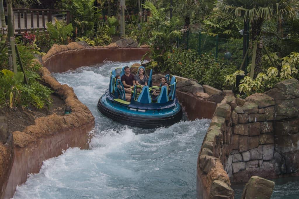 Foto de bote do Inifinity Falls, brinquedo do SeaWorld, passando por correnteza de água