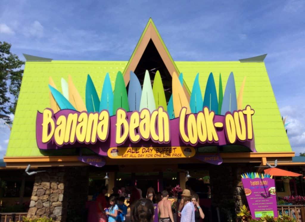 Foto de entrada do restaurante Banana Beach Cook-Out, onde são servidos pratos como lanches e churrasco em serviço de buffet
