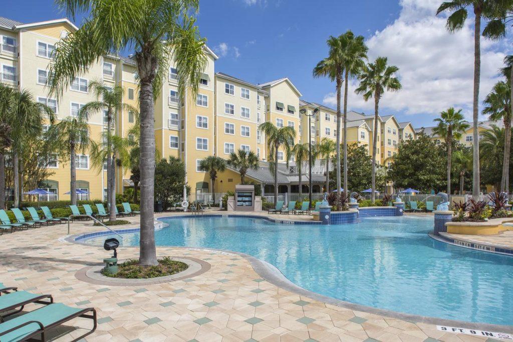 Parte externa do Residence Inn, hotel próximo ao SeaWorld, com piscina grande e espreguiçadeiras