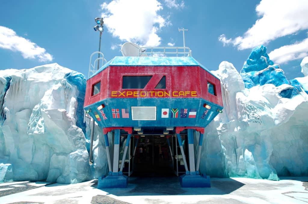 Foto de entrada do Expedition Cafe, um dos restaurantes do SeaWorld, que é decorado como uma base de exploração do polo sul