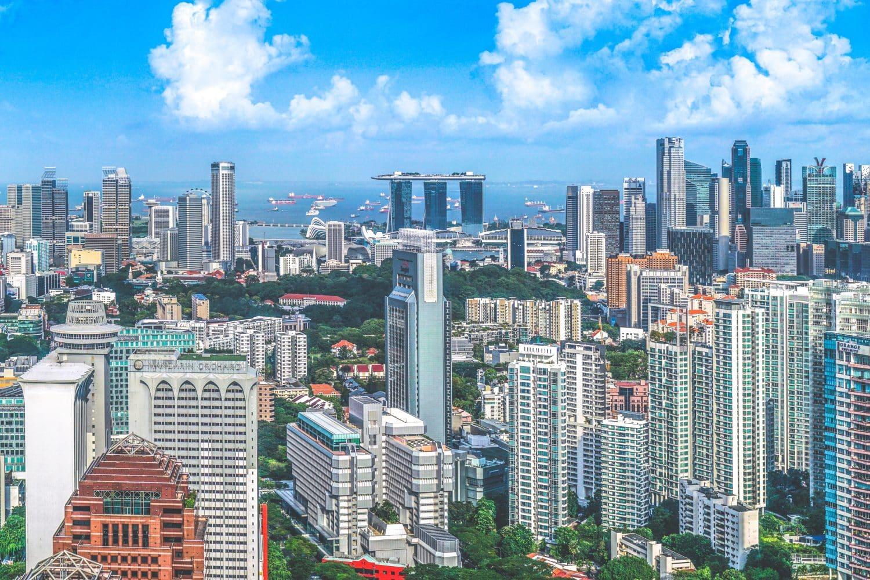 Paisagem de arranha-céus para ilustrar post de hotéis baratos em Singapura