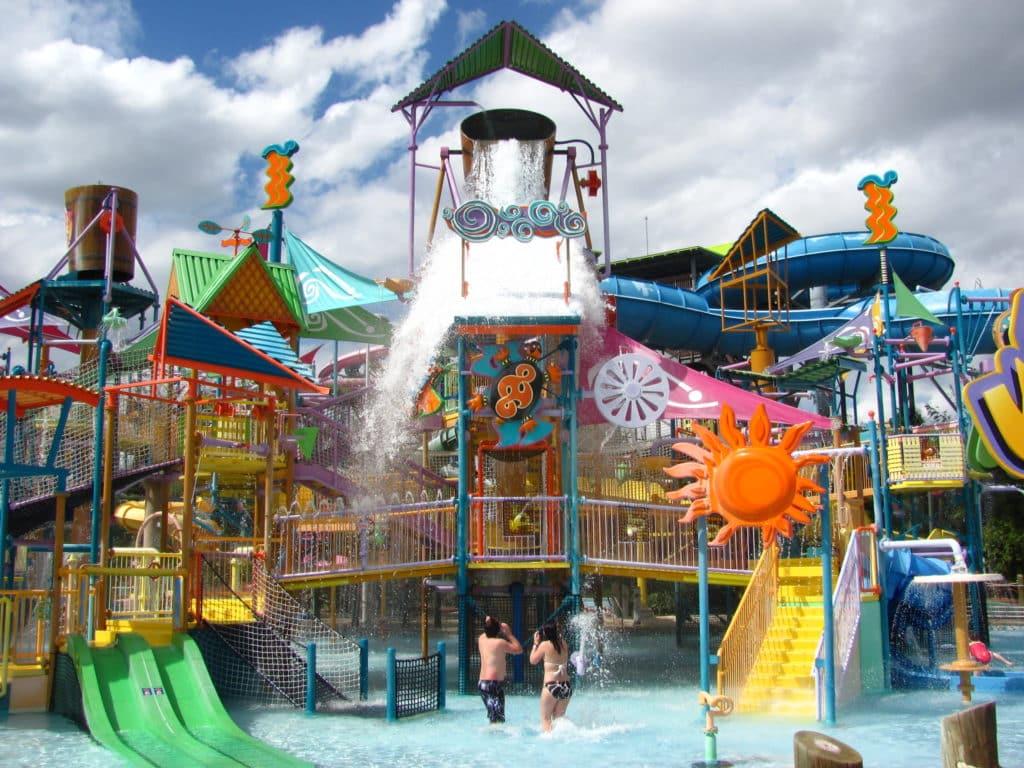 Foto do Walkabout Waters, atração lúdica com uma super estrutura de brinquedo em piscina rasa, voltada para crianças que visitam o Aquatica Orlando