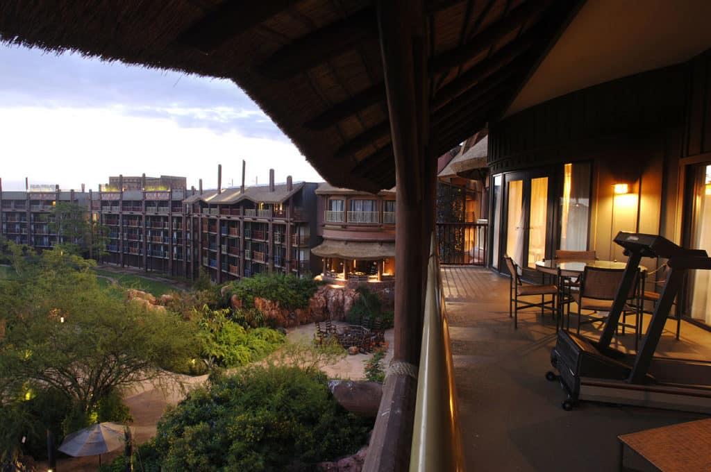 Foto de varanda com esteira e vista para vegetação no Animal Kingdom Lodge