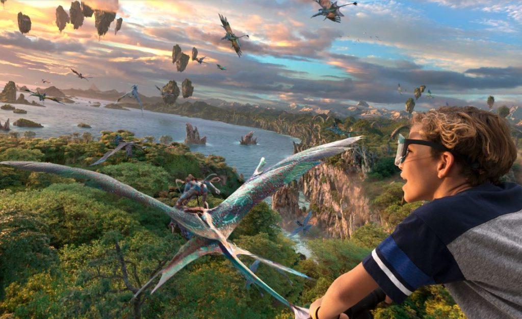 Imagem de menino em frente à tela do simulador de voo Flight of Passage, no Avatar Animal Kingdom
