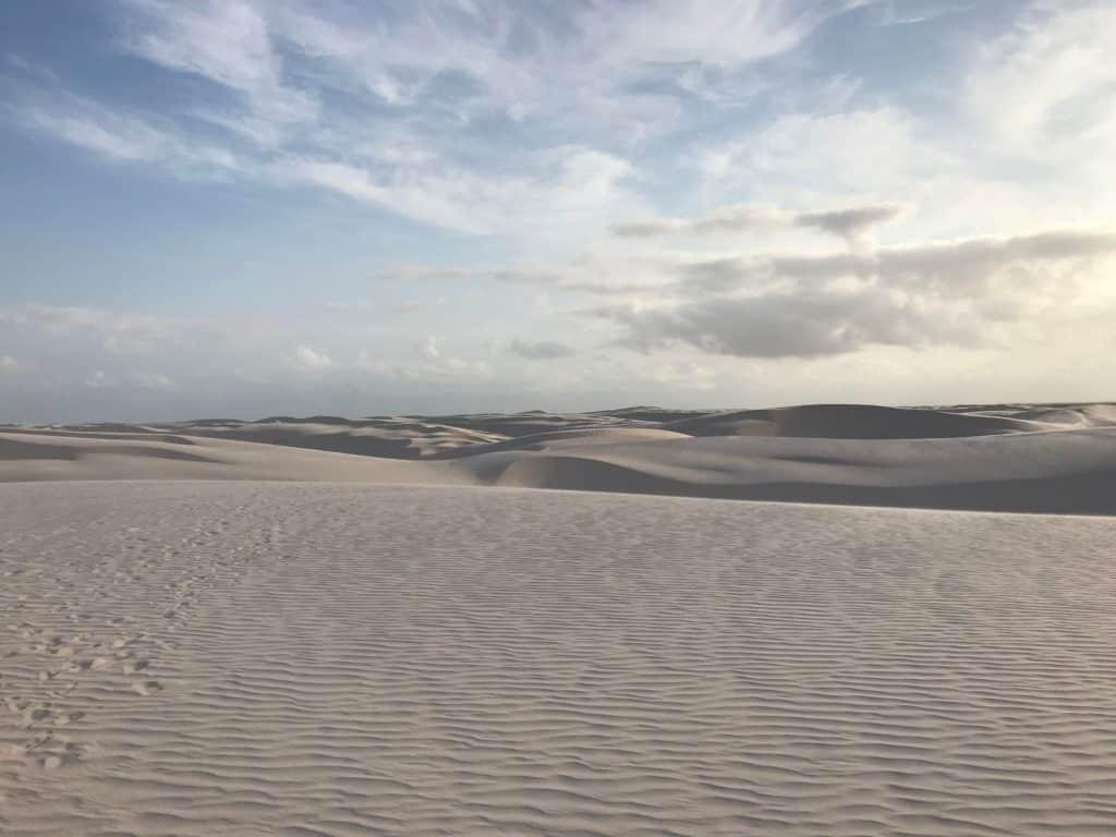 Dunas e mais dunas de areia, a perder de vista no horizonte, em parte da Rota das Emoções