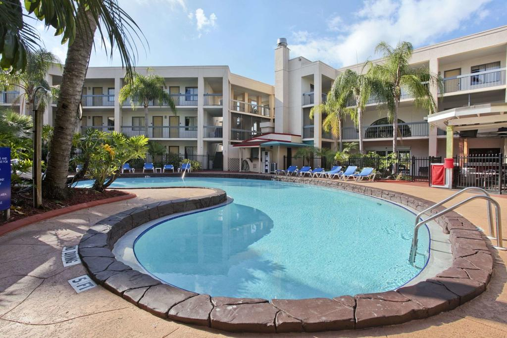 Foto da área comum com piscina e espreguiçadeiras do hotel Baymont by Wyndham Tampa