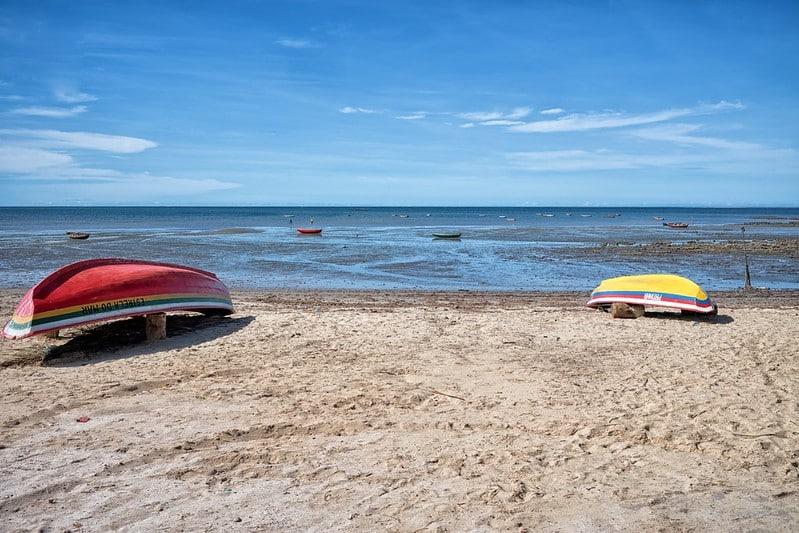 Foto de Cajueiro da Praia, cidade da Rota das Emoções no Ceará, com barcos na água e na areia