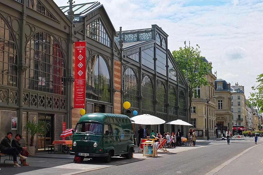 Foto da entrada do Le Carreau du Temple, mercado cheio de atividades em paris - um dos pontos turísticos